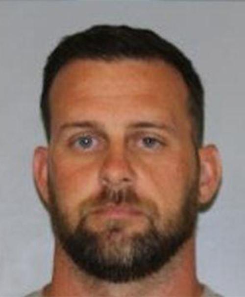 Thầy giáo bị bắt vì bị cáo buộc gửi ảnh khỏa thân cho nữ sinh 14 tuổi - Ảnh 1