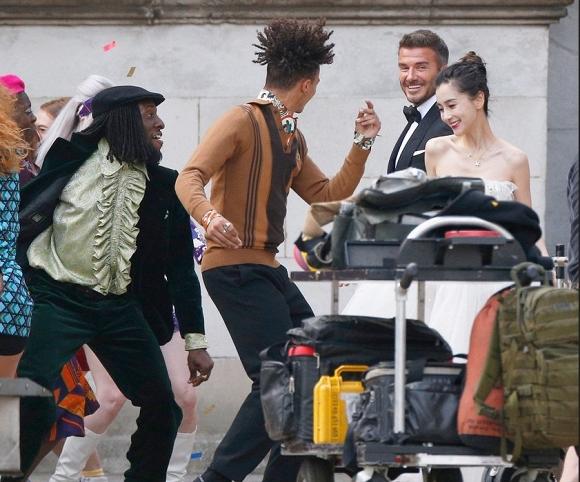"""Ảnh hậu trường David Beckham """"kết hôn"""" với Angela Baby khiến fan bất ngờ - Ảnh 2"""