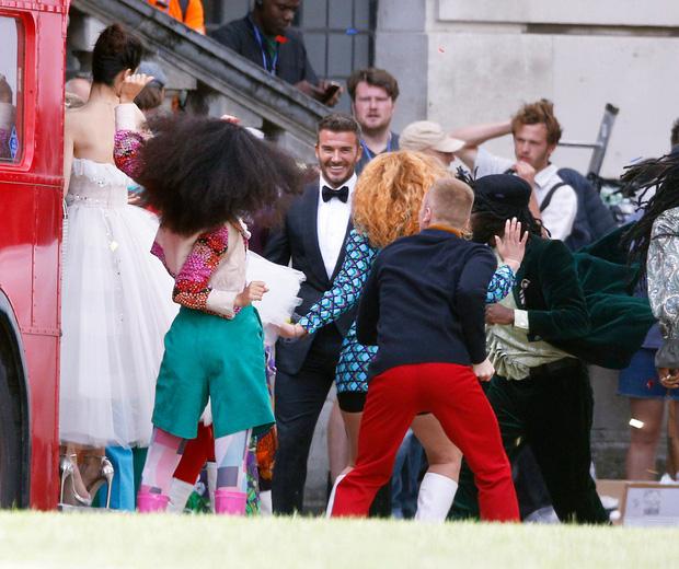 """Ảnh hậu trường David Beckham """"kết hôn"""" với Angela Baby khiến fan bất ngờ - Ảnh 3"""