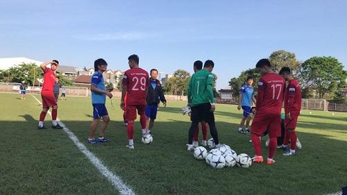 Các cầu thủ Việt Nam gặp khó khăn ngay trong buổi tập đầu tiên ở Indonesia - Ảnh 2