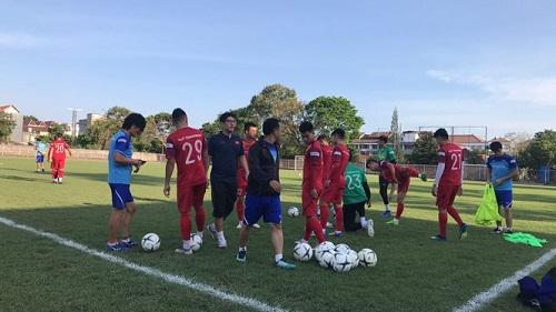 Các cầu thủ Việt Nam gặp khó khăn ngay trong buổi tập đầu tiên ở Indonesia - Ảnh 3
