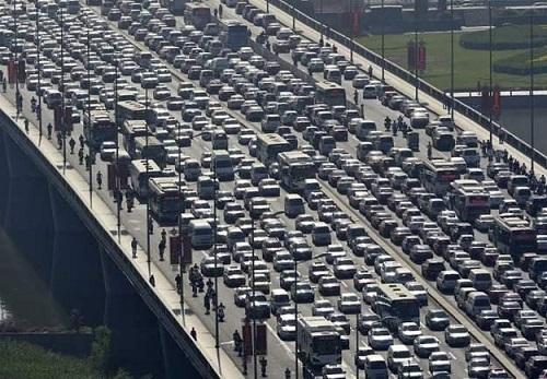 Tắc đường kỷ lục ở Trung Quốc: Ùn tắc 100km trong 21 ngày, 30.000 phương tiện kẹt cứng - Ảnh 1