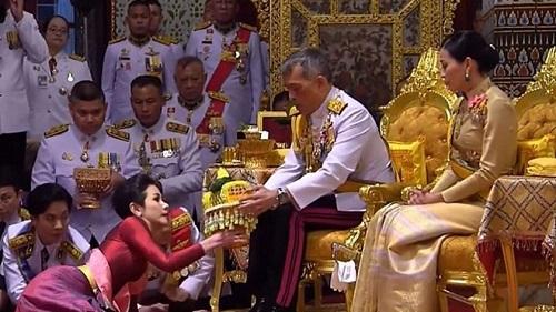 Cựu Hoàng quý phi Thái Lan Sineenat: Từ lễ sắc phong rầm rộ đến việc phế truất đầy bất ngờ - Ảnh 2