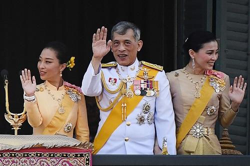 Cựu Hoàng quý phi Thái Lan Sineenat: Từ lễ sắc phong rầm rộ đến việc phế truất đầy bất ngờ - Ảnh 3