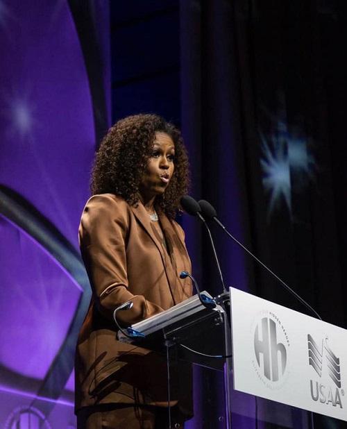 Cựu đệ nhất Phu nhân Tổng thống Mỹ Michelle Obama xuất hiện với bộ suit sang trọng của NTK Công Trí - Ảnh 2