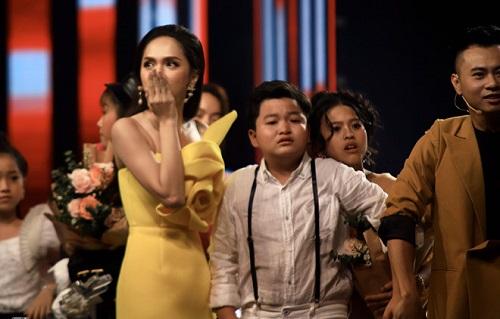 Tin tức giải trí mới nhất ngày 27/10: Sự cốl trao nhầm giải Quán quân trong Chung kết The Voice Kids - Ảnh 1