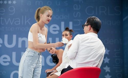 Thí sinh đánh ghen, quỳ rạp trước giám khảo trong vòng phỏng vấn Vietnam's Next Top Model 2019 - Ảnh 7