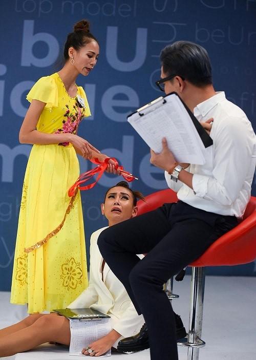 Thí sinh đánh ghen, quỳ rạp trước giám khảo trong vòng phỏng vấn Vietnam's Next Top Model 2019 - Ảnh 4