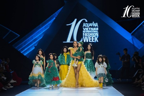 Tin tức giải trí mới nhất ngày 1/11: Dàn mẫu nhí đặc biệt tỏa sáng cùng H'Hen Niê, Tuyết Lan trên sàn diễn thời trang - Ảnh 1