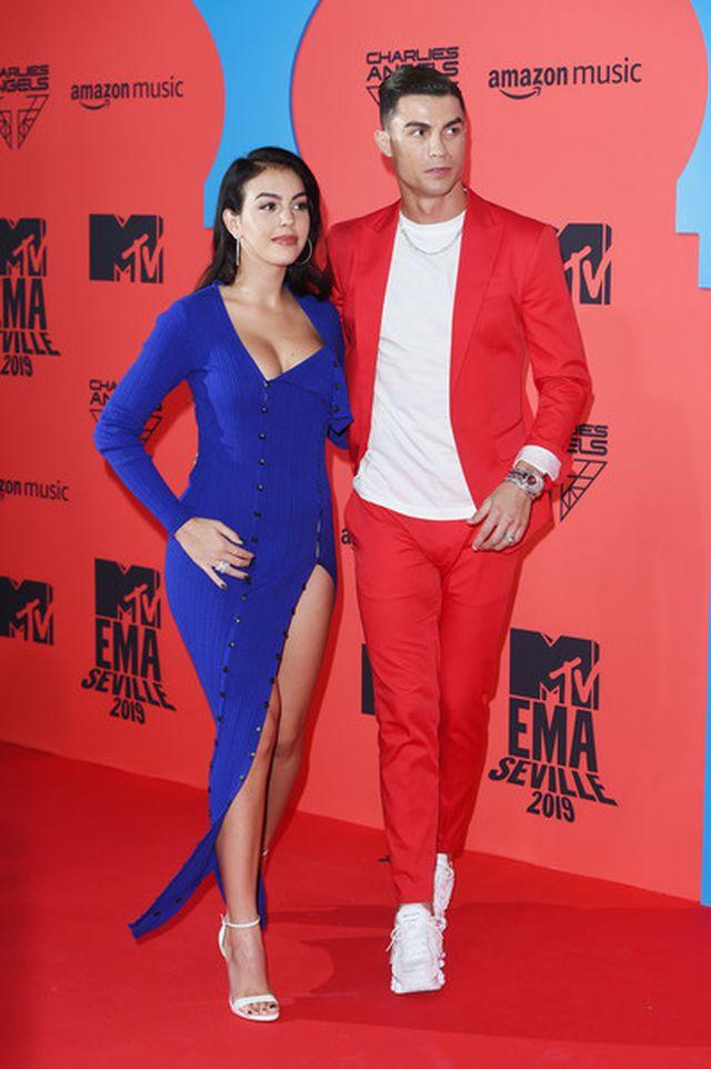 Cristiano Ronaldo bảnh bao tháp tùng bạn gái lên thảm đỏ MTV EMAs 2019 - Ảnh 3