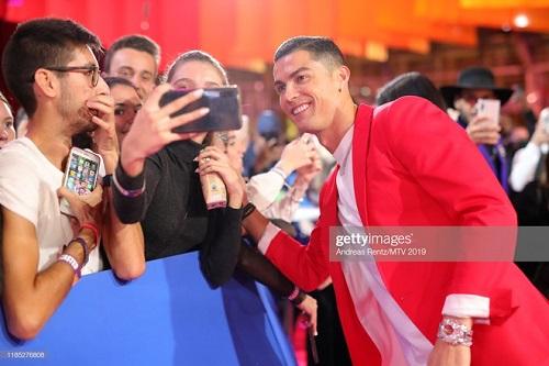 Cristiano Ronaldo bảnh bao tháp tùng bạn gái lên thảm đỏ MTV EMAs 2019 - Ảnh 5