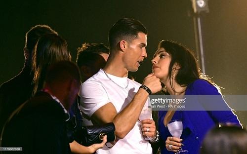 Cristiano Ronaldo bảnh bao tháp tùng bạn gái lên thảm đỏ MTV EMAs 2019 - Ảnh 6