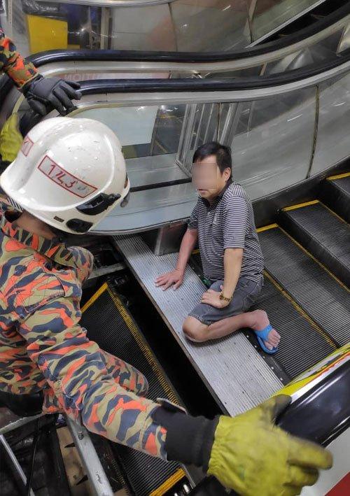 """Malaysia: Xót xa người đàn ông bị thang cuốn """"nuốt chửng"""" chân vì đi dép lê - Ảnh 1"""