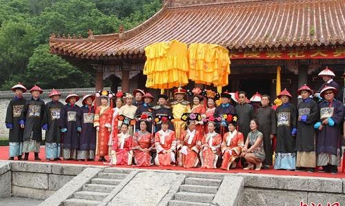 Sau 107 năm nhà Thanh sụp đổ, hậu duệ đời thứ 7 của vua Càn Long vẫn mặc long bào thờ cúng tổ tiên - Ảnh 1