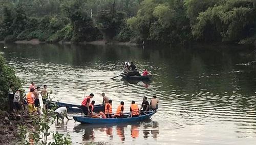 Lật thuyền chở 7 người vãn cảnh trên sông Hoàng Mai, 2 cha con thiệt mạng - Ảnh 1