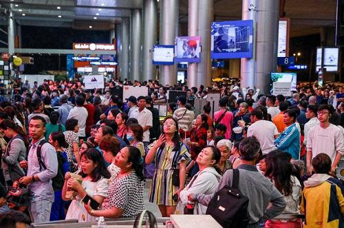 Nửa đêm, sân bay Tân Sơn Nhất vẫn chật kín vì người dân đón thân nhân về ăn Tết - Ảnh 11