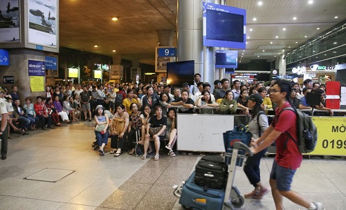 Nửa đêm, sân bay Tân Sơn Nhất vẫn chật kín vì người dân đón thân nhân về ăn Tết - Ảnh 2