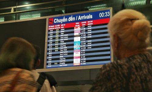 Nửa đêm, sân bay Tân Sơn Nhất vẫn chật kín vì người dân đón thân nhân về ăn Tết - Ảnh 7