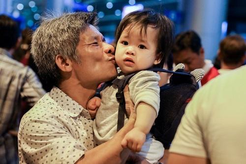 Nửa đêm, sân bay Tân Sơn Nhất vẫn chật kín vì người dân đón thân nhân về ăn Tết - Ảnh 10