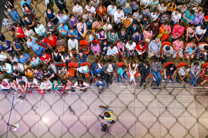Nửa đêm, sân bay Tân Sơn Nhất vẫn chật kín vì người dân đón thân nhân về ăn Tết - Ảnh 6