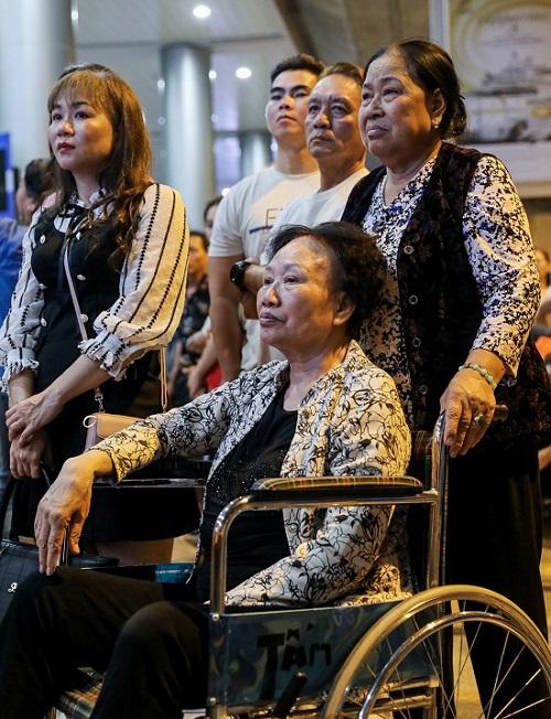 Nửa đêm, sân bay Tân Sơn Nhất vẫn chật kín vì người dân đón thân nhân về ăn Tết - Ảnh 5