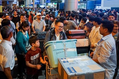 Nửa đêm, sân bay Tân Sơn Nhất vẫn chật kín vì người dân đón thân nhân về ăn Tết - Ảnh 9