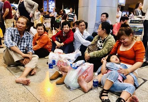Nửa đêm, sân bay Tân Sơn Nhất vẫn chật kín vì người dân đón thân nhân về ăn Tết - Ảnh 3