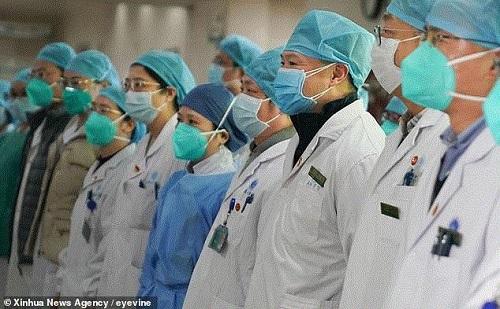 Trung Quốc: Tăng cường 450 chuyên viên quân y và hơn 1000 nhân viên y tế đến ổ dịch Vũ Hán  - Ảnh 1