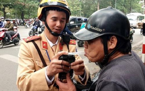 Hà Nội: Nhiều trường hợp vi phạm nồng độ cồn, tài xế chống đối CSGT khi bị xử phạt - Ảnh 1