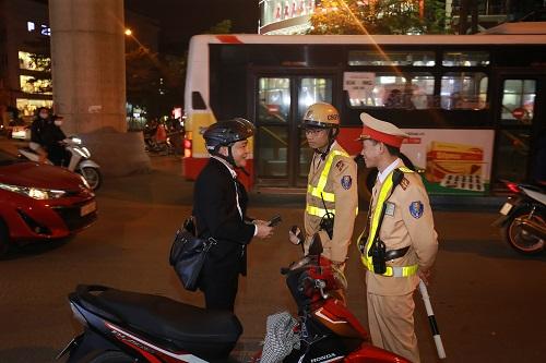 Hà Nội: Nhiều trường hợp vi phạm nồng độ cồn, tài xế chống đối CSGT khi bị xử phạt - Ảnh 2