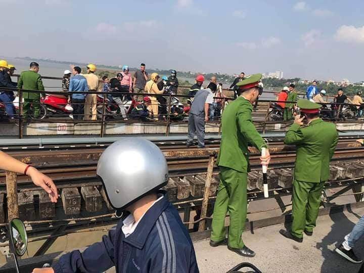 Giải cứu thành công người thanh niên ôm theo con nhỏ định nhảy cầu Long Biên - Ảnh 2