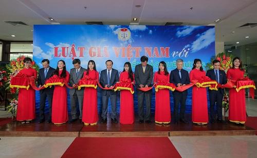 """Trưng bày ảnh """"Luật gia Việt Nam với Biển, đảo quê hương"""": Khơi gợi tình yêu, chủ quyền biển đảo - Ảnh 2"""