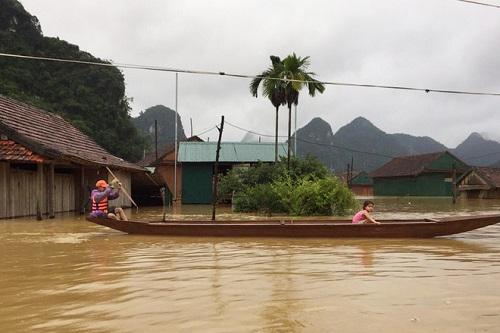 """Hình ảnh mưa lũ nghiêm trọng ở miền Trung: Phố cổ Hội An """"chìm"""" trong biển nước - Ảnh 3"""