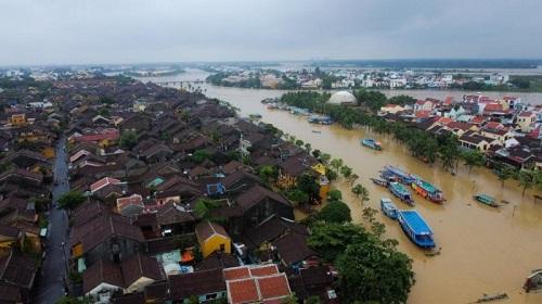 """Hình ảnh mưa lũ nghiêm trọng ở miền Trung: Phố cổ Hội An """"chìm"""" trong biển nước - Ảnh 5"""