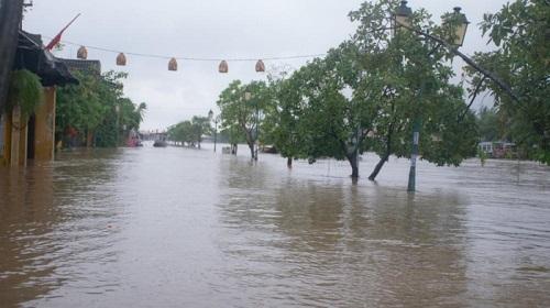 """Hình ảnh mưa lũ nghiêm trọng ở miền Trung: Phố cổ Hội An """"chìm"""" trong biển nước - Ảnh 7"""