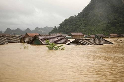 """Hình ảnh mưa lũ nghiêm trọng ở miền Trung: Phố cổ Hội An """"chìm"""" trong biển nước - Ảnh 1"""