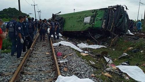 Thái Lan: Tàu hỏa đâm xe khách, ít nhất 20 người thiệt mạng - Ảnh 1