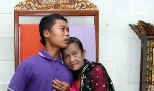 Chàng trai 16 tuổi cưới cụ bà u70, thường nhốt vợ ở nhà vì sợ bị người khác cướp mất - Ảnh 2
