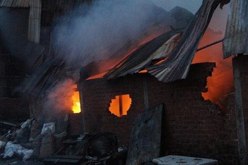 Cháy dữ dội nhà máy tôn ở Bình Dương khiến người dân hoảng loạn bỏ chạy - Ảnh 1