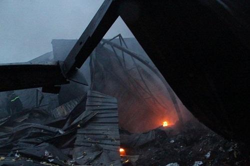 Cháy dữ dội nhà máy tôn ở Bình Dương khiến người dân hoảng loạn bỏ chạy - Ảnh 2