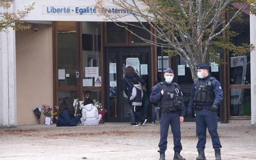 Pháp lại xảy ra tấn công khủng bố kinh hoàng, một thầy giáo bị giết hại dã man - Ảnh 1
