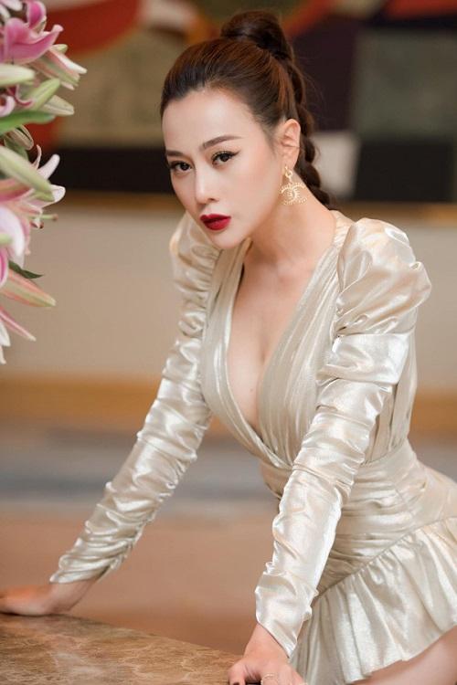 """Đỏ mặt với phong cách váy siêu ngắn khiến các người đẹp Việt """"hớ hênh"""" trước bàn dân thiên hạ - Ảnh 1"""
