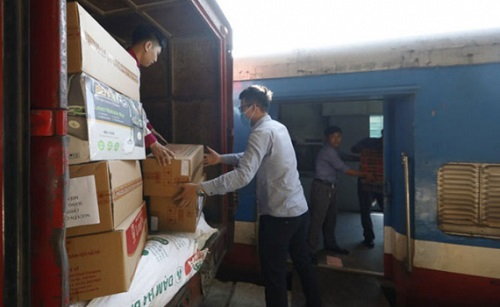 Ngành Đường sắt công bố đường dây nóng vận chuyển miễn phí hàng cứu trợ miền Trung - Ảnh 1