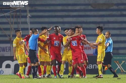 """Trung vệ Nguyễn Văn Hạnh bị đề nghị kỷ luật vì đánh đối thủ, """"nổi nóng"""" với trọng tài - Ảnh 1"""