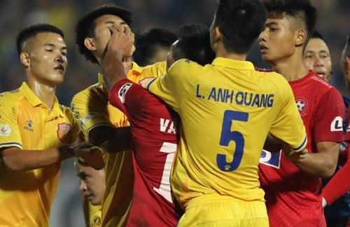 """Trung vệ Nguyễn Văn Hạnh bị đề nghị kỷ luật vì đánh đối thủ, """"nổi nóng"""" với trọng tài - Ảnh 2"""