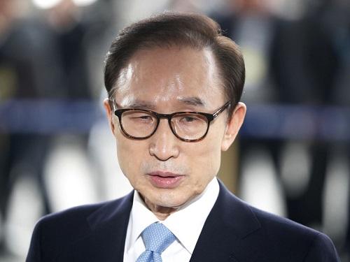 Cựu Tổng thống Hàn Quốc Lee Myung-bak bị tuyên án 17 năm tù vì tham nhũng - Ảnh 1