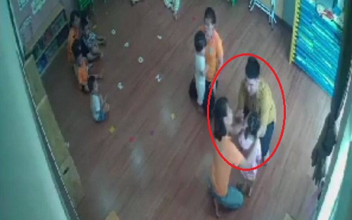 Vụ bé 2 tuổi bị phụ huynh bạn hành hung: Đình chỉ 3 giáo viên, cháu bé bớt hoảng loạn - Ảnh 1