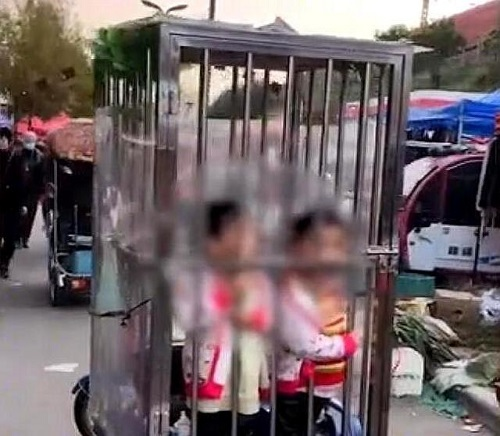 Đôi vợ chồng gây tranh cãi khi nhốt con vào lồng sắt để đi chợ không bị lạc - Ảnh 1