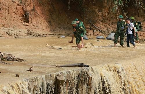 Vụ sạt lở ở Quảng Nam: Lên phương án tiếp tế gấp rút cho hơn 3.000 hộ dân bị cô lập - Ảnh 1