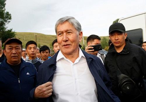 Người biểu tình Kyrgyzstan chiếm trụ sở chính quyền, phóng thích cựu tổng thống khỏi nhà tù - Ảnh 1